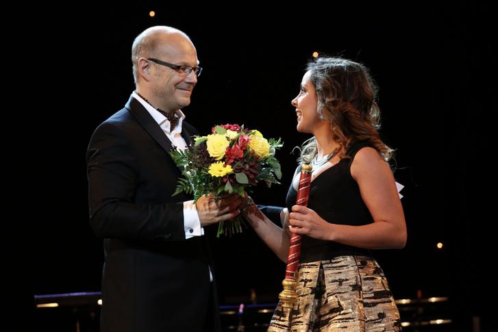 Simon Panna átveszi a Marsallbot-díjat Lőrinczy György főigazgatótól