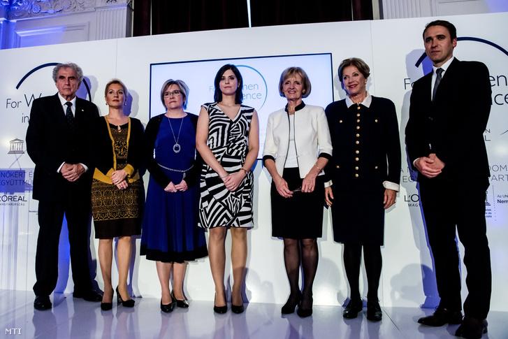 Jeney Viktória (balról a harmadik) és Farkas Klaudia (balról a negyedik) a díjátadó ünnepségen