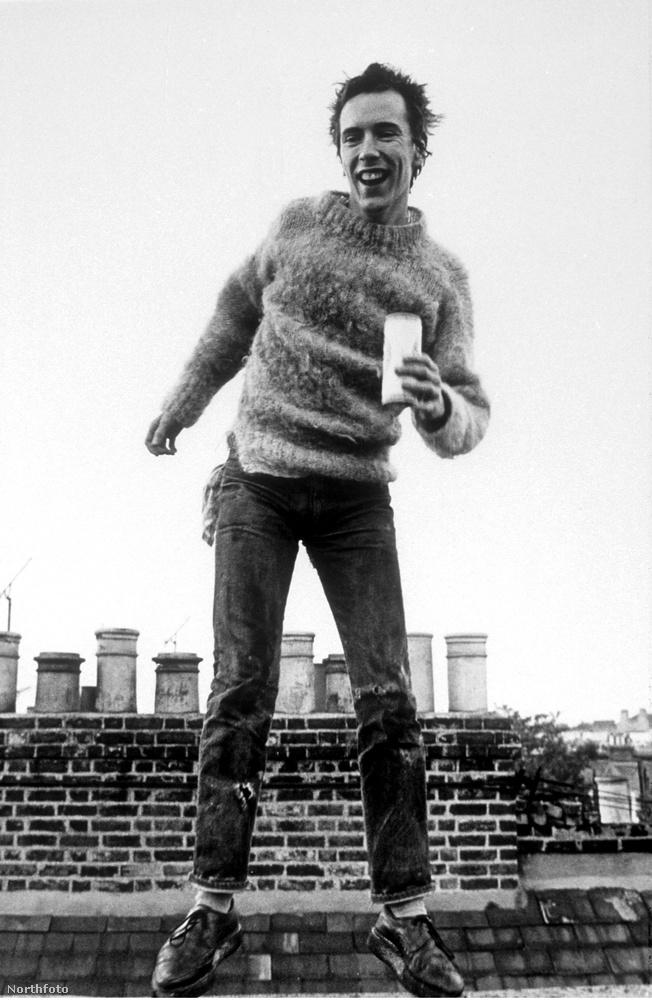 Johnny Rotten megvan, ugye? A Sex Pistolsszal világhírűvé vált énekesről beszélünk, akit John Joseph Lyndonként anyakönyveztek, és itt épp egy háztetőn szórakozik, 1977-ben.