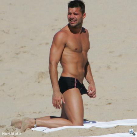 Ricky Martin hátratekint, hogy odanézett-e valaki a kicsit kínos pillanatban