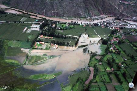 A legtöbb turistát már evakuáltak a perui mentőcsapatok Machu Picchu romjai közeléből, ahol a külföldiek napokon keresztül el voltak zárva a külvilágtól a heves esőzések miatt.
