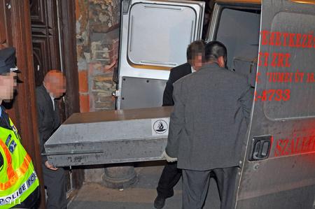A temetkezési vállalat munkatársai elszállítják Daróczi Dávid holttestét az Andrássy úti házból, ahol öngyilkos lett.