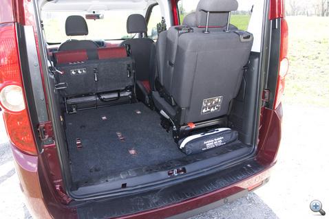 A csomagtér két véglete: a minumum hét üléssel gyakorlatilag nulla, a maximum két üléssel 3,2 köbméter. Ötülésesként 790 liter van a kalaptartóig