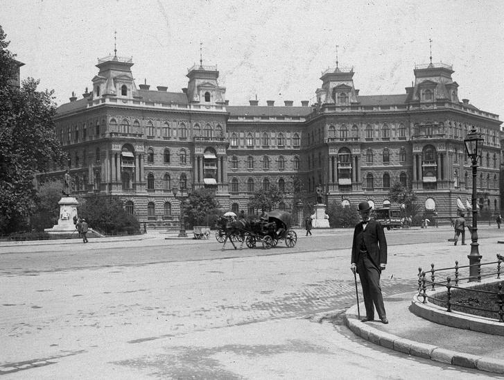 Az Andrássy út 92-94 még teljes tetődísszel 1902-ben