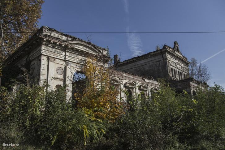 Belcsapuszta, ma Barcs külvárosa, ahol menthetetlenül lepusztulva, de ma is áll a Kremzírek építtette kastély tiszteletet parancsoló romja