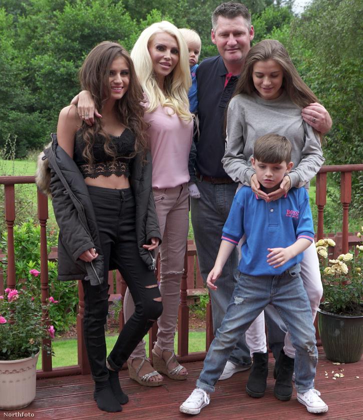 Új férjétől pedig született még két fia, vagyis Barbie-anyunak négy gyereke van.
