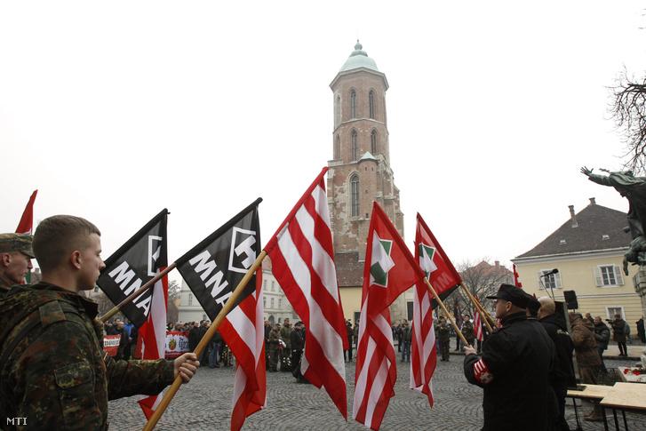 A Becsület napja címmel meghirdetett demonstráció résztvevői a budavári Kapisztrán téren 2014. február 8-án.