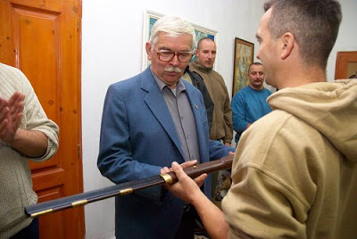 """""""Szombaton hetvenedik születésnapját ünnepelte Győrkös István, a Hungarista Mozgalom vezetője. A Bőny-Szőlőhegyen családtagok és meghívott bajtársak körében tartott bensőséges ünnepségen a Mozgalom díszfegyvert ajándékozott a Vezetőnek"""" - írja a hat évvel ezelőtti születésnapi ünnepségről a Jövőnk.info."""