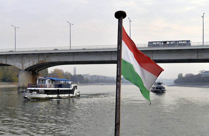 Emlékezőket szállító BKK hajó halottak napján, 2015-ben.