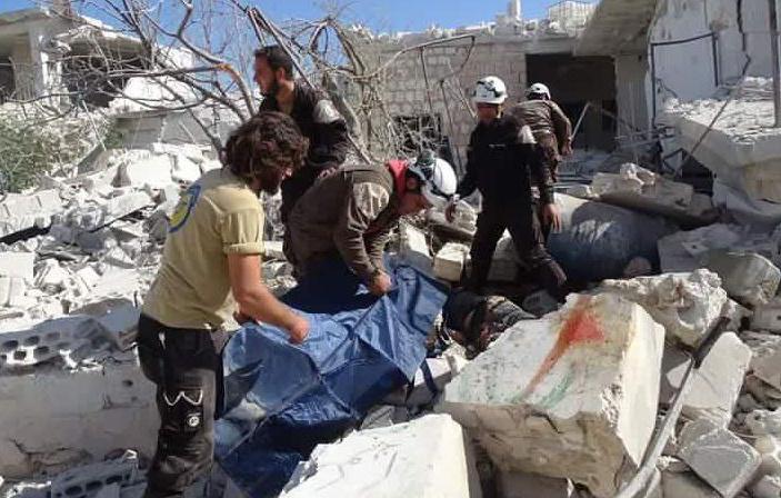 Holttesteket emelnek ki a romok alól az egyik lebombázott iskolaépületnél.