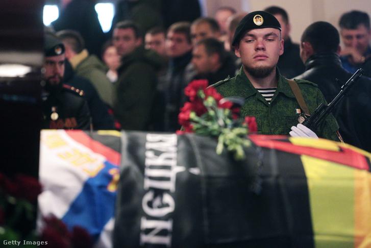 Fiatal oroszpárti katona Pavlov temetésén.