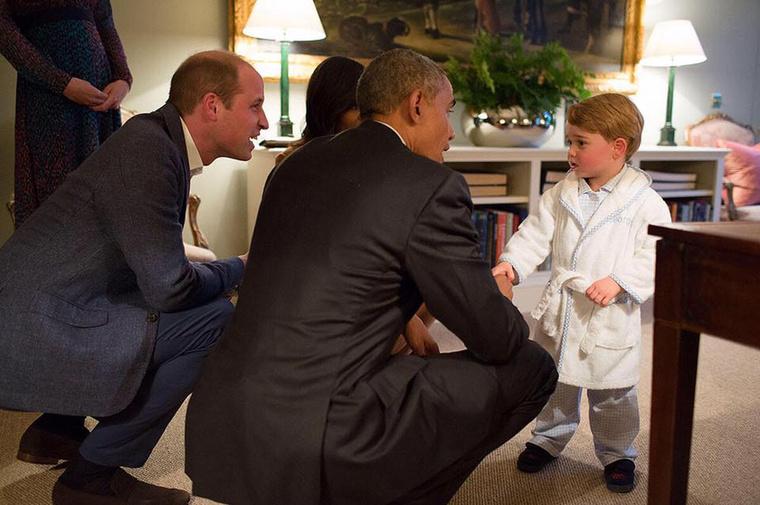 mint amilyen magabiztosan üdvözlni lehet az Amerikai Egyesült Államok leköszönő elnökét köntösben és pizsiben.
