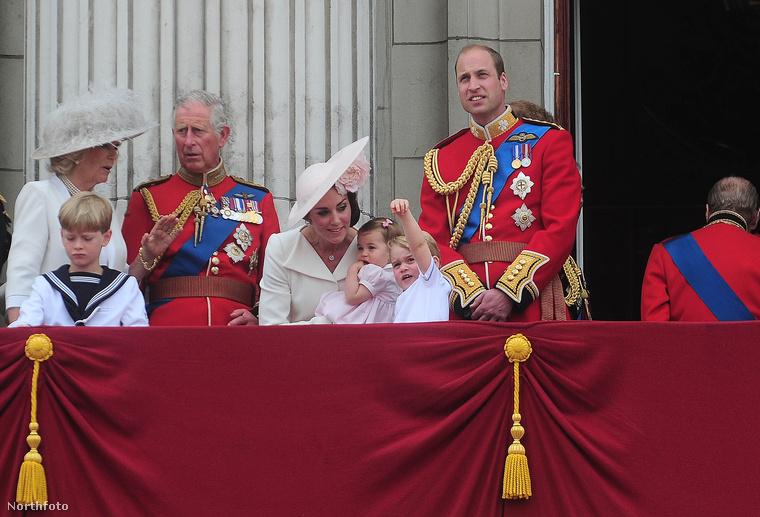 Na, persze az uralkodó születésnapjára rendezett, szokásos hivatalos ceremónián is hozta a tőle elvárható szintet.