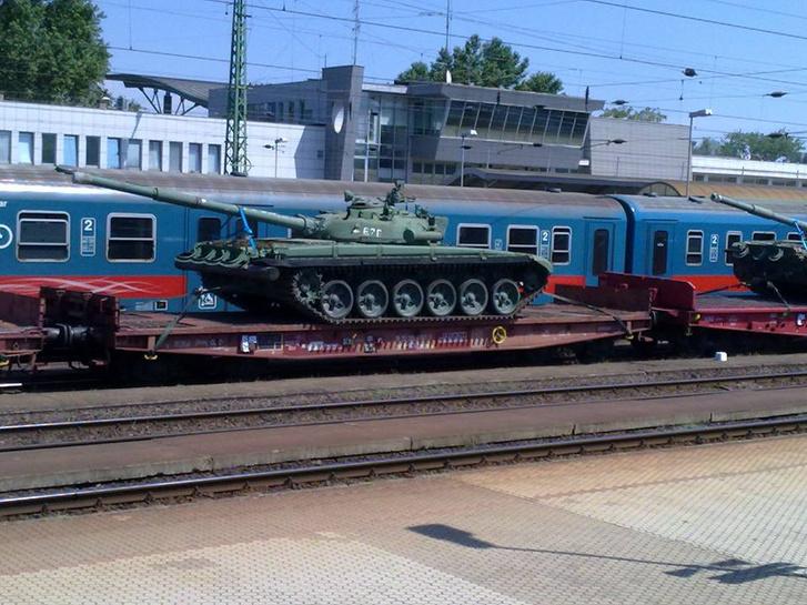 A Hídfő.net három olvasói fotóra hivatkozik, melyek augusztus 2-án készülhettek a magyar T-72-esekről Nyíregyházánál