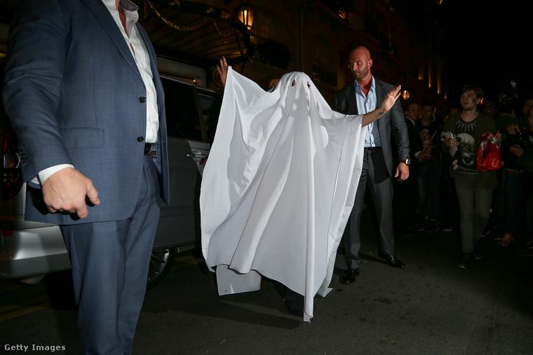 Lady Gaga ezt poénnak szánta, de így jelent meg egy párizsi hotel előtt 2014-ben.