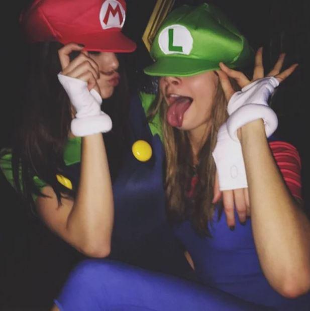 Cara Delevingne és Kendall Jenner Marionak és Luginak öltözött 2014-ben, az Instagramra csak ennyit mertek magukból feltölteni.
