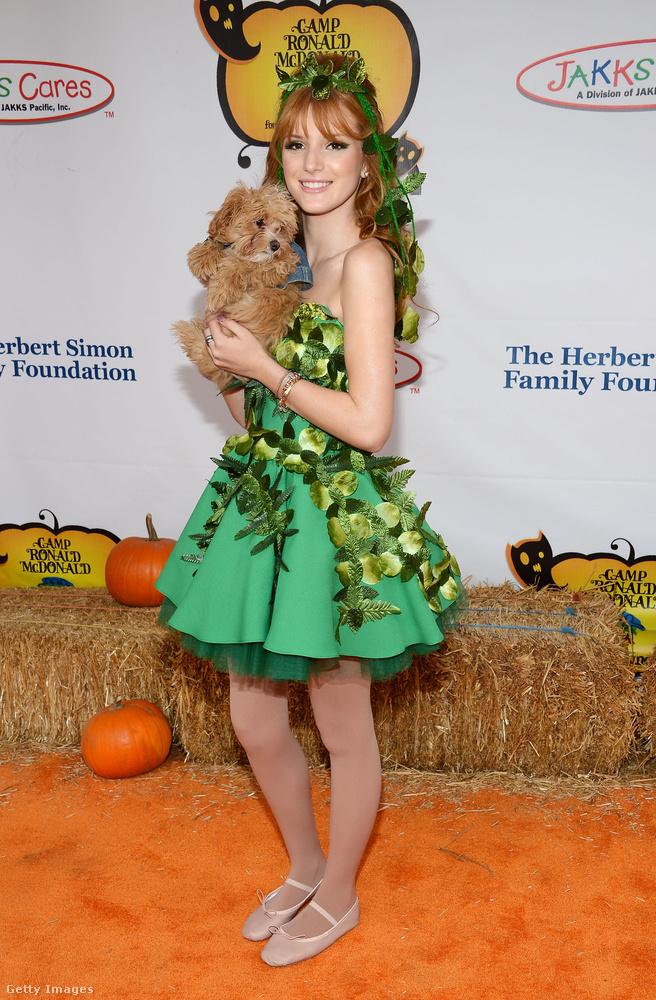 Bella Thorne színésznő a kutyáját, Kingstont sem hagyta otthon amikor szirénnek öltözött.