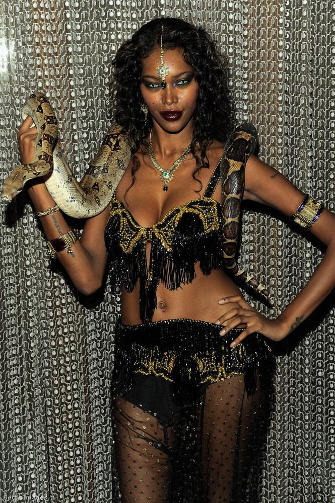 Jessica White modell kígyóval érkezett, kígyónak öltözve