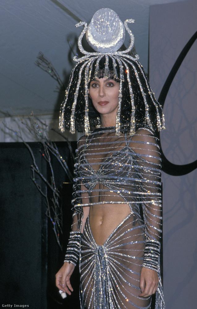 Egy kis időutazás az elején: ez Cher, aki 1988-ban ezzel a Kleopátra ruhával vitte el a bulit.