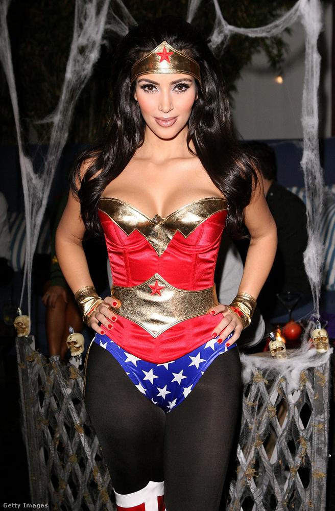 De előtte beszéljünk Kim Kardashianéról, övé a legújabb őrület, 2008-ban például Wonder Womennek öltözött saját Halloweeni buliján