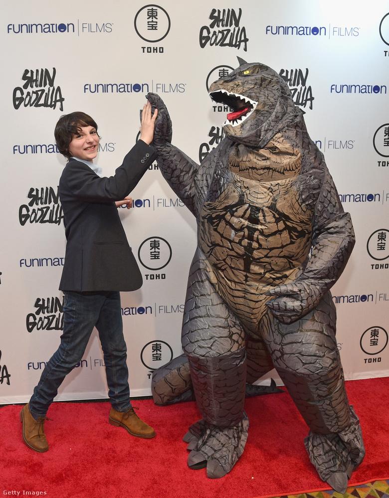 Ő Finn Wolfhard néven született, és itt éppen a Shin Godzilla című japán akciófilm premierjén diliznek egy bébigodzillával a New York-i Comic Conon