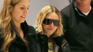 Madonna egy gigaszemüveg alatt rejtőzködik