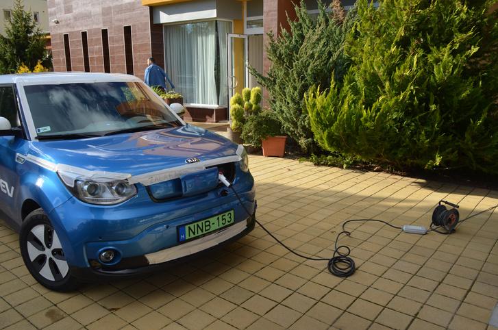 A fali konnektorból sajnos csak csigalassan tölt újra az autó, nap közben vállalhatatlan kompromisszum, ha 10-20 kilométernél több villanyt kellene betermelni az akksikba