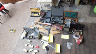 15 fegyvert és 2000 lőszert találtak egy nagykátai férfi garázsában