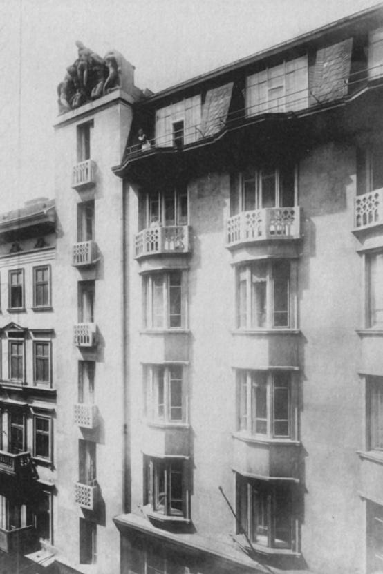 Felül műteremlakások, a sarokrizalitok tetejét Sidló Ferenc szoborcsoportjai díszítették, amelyeket Medgyaszay tervei szerint készített a szobrászművész