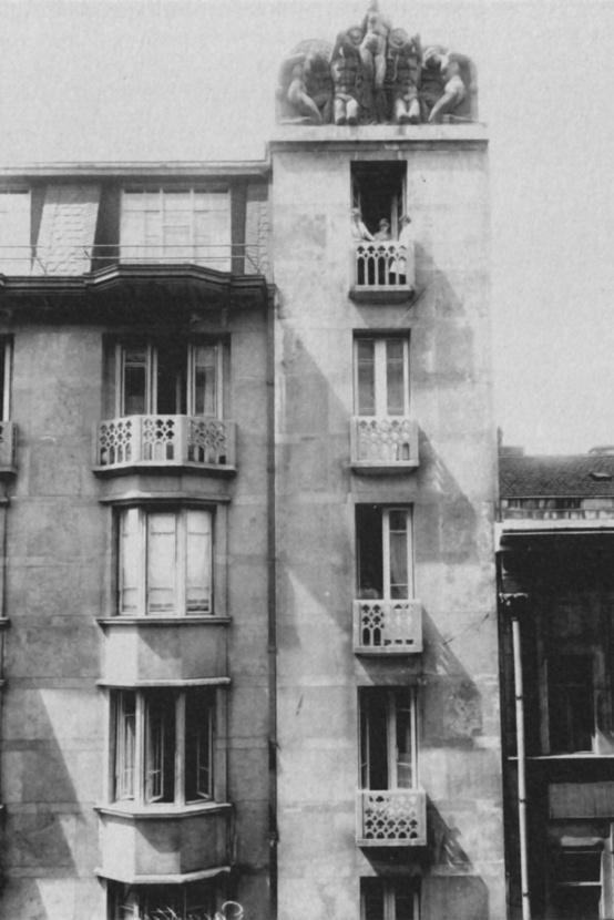A megvalósult változat a díszes erkélyekkel és zárterkélyekkel