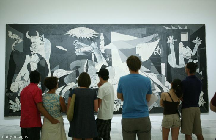 Picassot a spanyol republikánus párt kérte fel a kép elkészítésére. A Guernica azóta a háború borzalmait bemutató egyik legismertebb festménnyé vált.