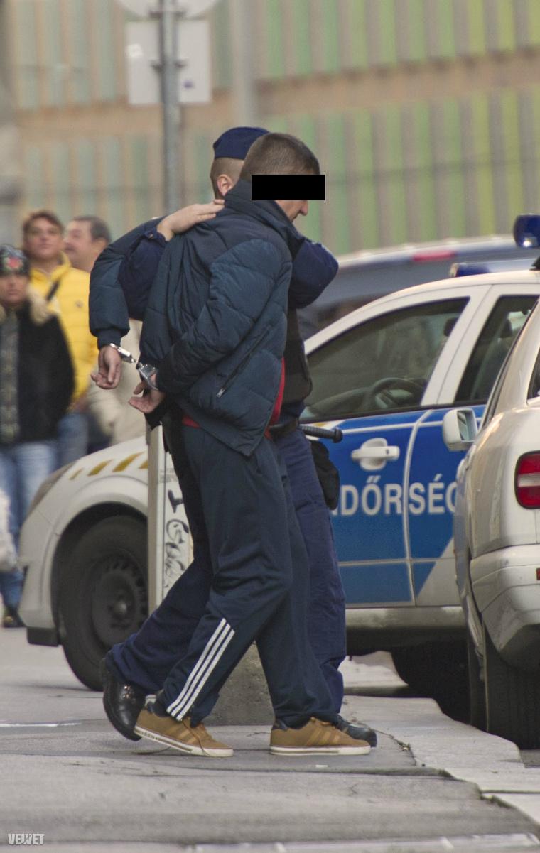 Az egyik férfi, akit bilincsben elvezettek a rendőrök.
