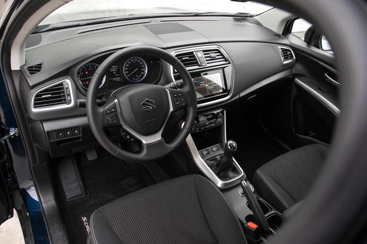 Egyszerű, de könnyen megszokható - igazi Suzuki belső