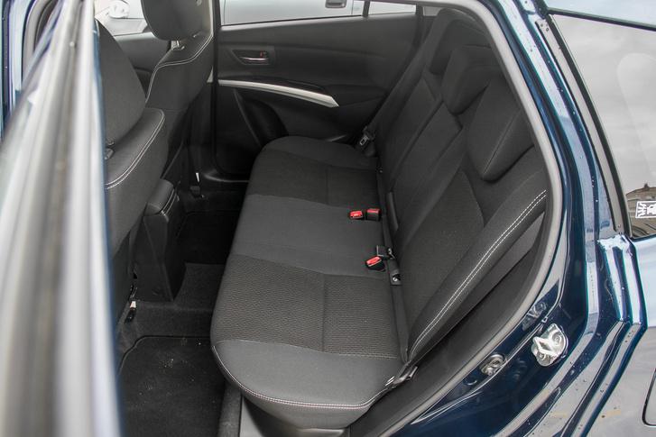 Szigorú vigyázzülésbe kényszerít a hátsó üléssor, de legalább a lábtér bőséges