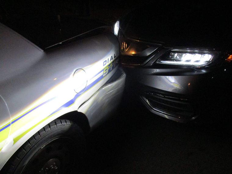 Miranda Rader kocsija és a rendőrautó.