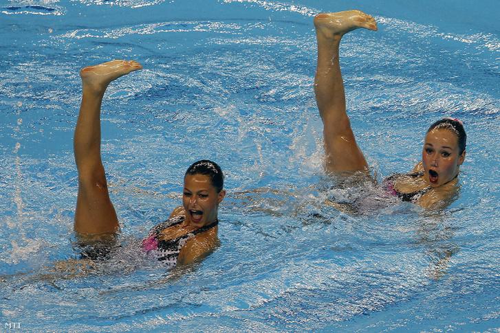 Fodor Adél (b) és Harcsa Viktória műúszó mutatja be gyakorlatát a szinkronúszó párosok selejtezőjében az I. Európa Játékokon az azerbajdzsáni Bakuban 2015. június 12-én.