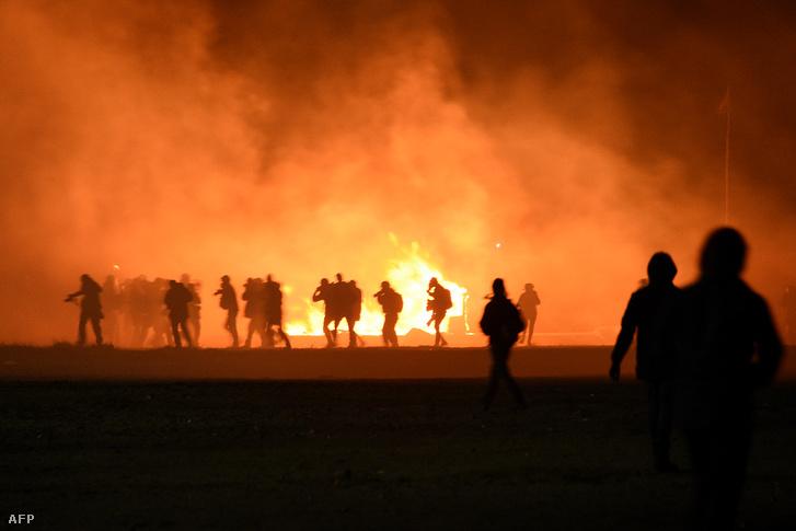 Az éjszaka összecsapásokkal telt a tábor lakói és a kivezényelt rendőri erők között.