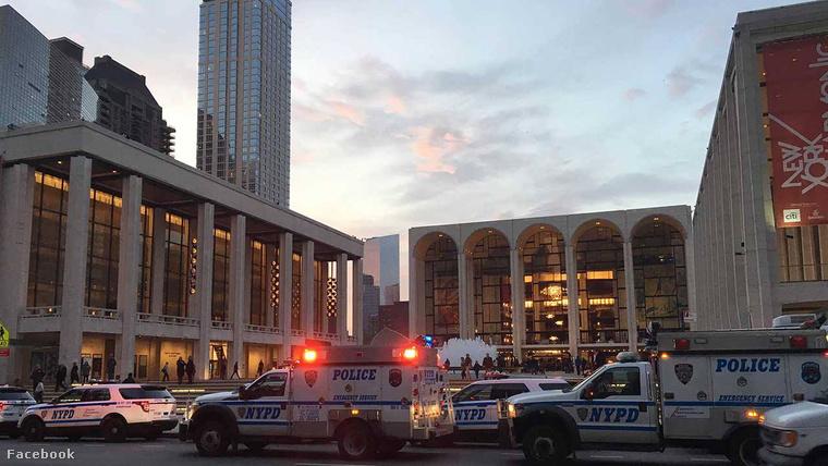 Rendőrök a Metropolitan Operaház előtt