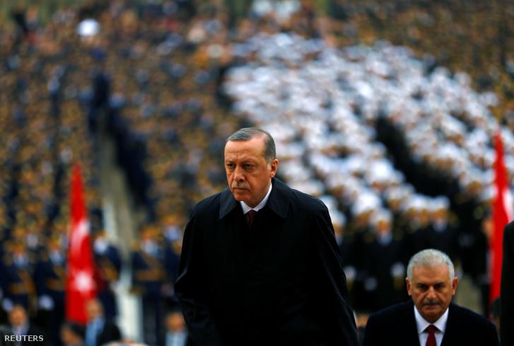 Erdogan az állami ünnepségre szervezett katonai parádén