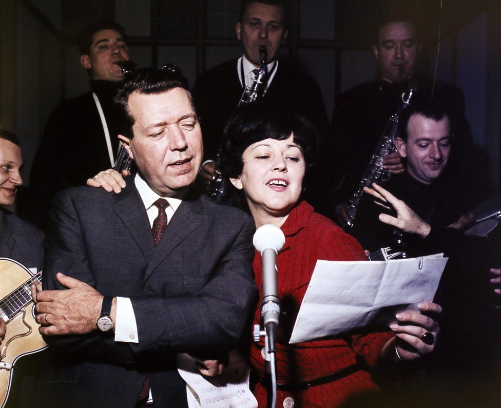 Záray Márta és Vámosi János az ötvenes évek elején ismerkedett meg a legendás Emkében. 1953-ban házasodtak össze, majdnem ötven évet töltöttek együtt. A házaspár-lét, az összetartozás sokszor felbukkant a nekik írt duettek vitatkozós-felelgetős stílusában és abban is, hogy mindig egymáshoz öltöztek a színpadon és a fotókon.