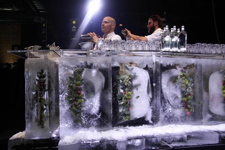 Jégből készült bárpult. A végén csak fel kell szivattyúzni a maradékát