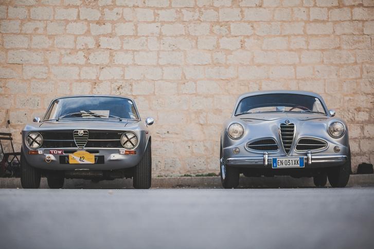Fél órát köröztem jobb oldalon álló Touring-karosszériás Alfa Romeo 1900C Sprint körül, hogy legalább egy részmegoldást, egy nyomorult csavart találjak, ami nem térdrogyasztóan gyönyörű...a balján kommersznek ható vakarcs egy 1971-es GT 1300 Junior