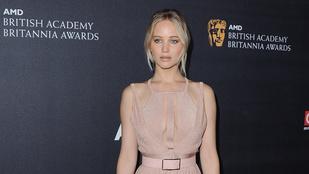 Jennifer Lawrence saját viaszszobrának öltözött
