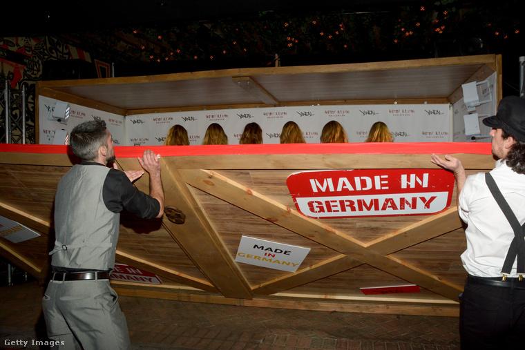A tavalyi jelmezéhez képest kis csalódás, de a bevonulás legalább ötletes volt, ami ezt a hatalmas Made In Germany óriásmatricával ellátott dobozt illeti.