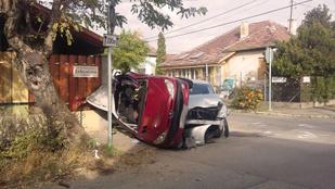 Két autó és egy kerítés találkozása az Esthajnal utcában