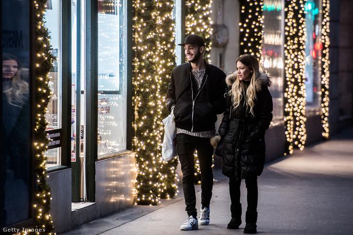 Vásárlók a karácsonyi kirakatok előtt egy budapesti utcán (2015.)