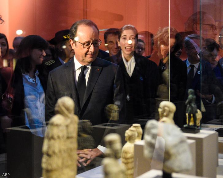 Francois Hollande francia elnök a Louvre-Lens Múzeumban látható Mezopotámia kiállításon, 2016. november 1-én.