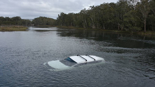 Autóstul süllyedt el a tóban a fokozódó ausztrál pókpara legújabb áldozata