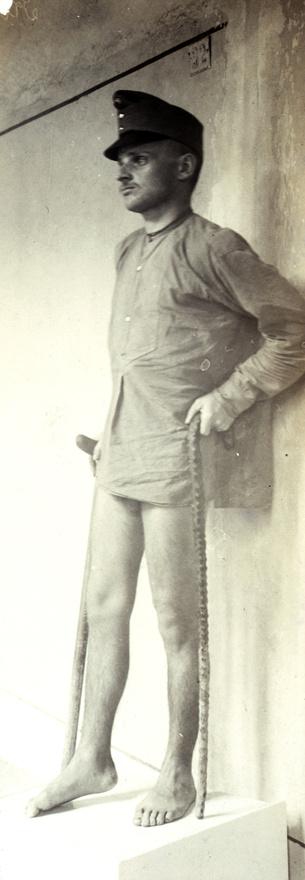 Koprol Gergely honvéd, valószínűleg lábsérülés után, nem számítva arra, hogy 100 év múlva kicsit többen láthatják majd a felvételt.