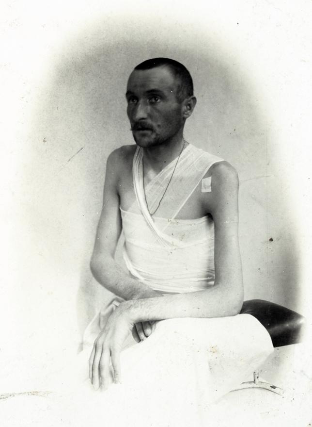 Csak sejteni lehet, hogy ezen a képen nem véletlenül áll a középpontban a sérült karfán nyugtatott, de csuklóból lógó karja. Wéber Leopoldról nem maradt fent több információ.
